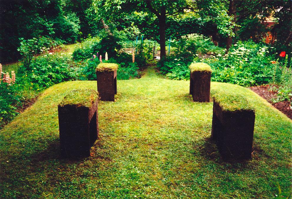 """""""Raseninsel"""" im Garten von Margaret Raspé / Installation mit beleuchteter Wasserspiegelung, Berlin, 1994"""